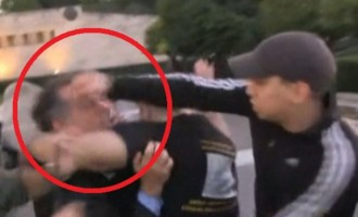 ΣΟΚ! Ο Κουμουτσάκος ξυλοκοπήθηκε άγρια στο συλλαλητήριο των Ποντίων (βίντεο)