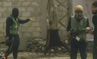 Το Ισλαμικό Κράτος αφού κατέλαβε χωριό κρέμασε ανάποδα τους νεκρούς εχθρούς του (φωτο)