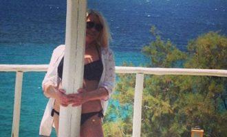 Ρούλα Κορομηλά αλά Πάμελα Άντερσον στην πισίνα (φωτο)