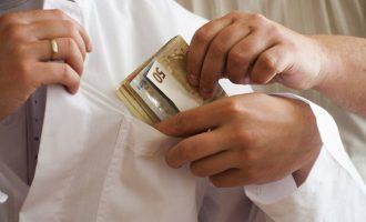 Συνελήφθη γιατρός που ζήτησε «φακελάκι» 600 ευρώ για να χειρουργήσει ασθενή