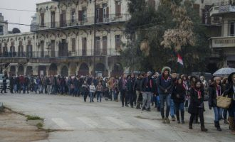 Κάτοικοι του Χαλεπιού ανέβηκαν στην απελευθερωμένη ακρόπολή τους (φωτο)