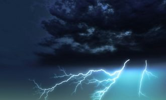 «Αγριεύει» ο καιρός την Παρασκευή: Καταιγίδες, χαλάζι, άνεμοι και χιόνια