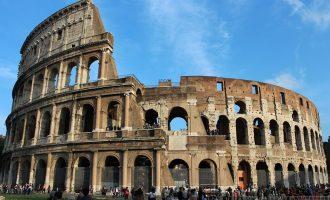 """Στο """"σκαμνί"""" τουρίστρια που χάραξε το όνομά της στο Κολοσσαίο (φωτο)"""