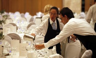 Spiegel: Ο τουρισμός ανθεί στην Ελλάδα, αλλά οι εργαζόμενοι υποφέρουν