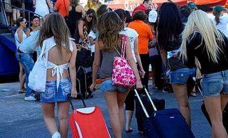 Guardian: Η Ελλάδα έτοιμη για να υποδεχθεί φέτος τον αριθμό ρεκόρ των 30 εκατ. τουριστών