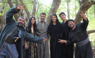 """Οι Κούρδοι αντάρτες διδάσκονται την """"Αντιγόνη"""" του Σοφοκλή εν μέσω τουρκικών βομβαρδισμών"""