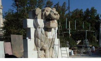 """Το λιοντάρι-σύμβολο της Παλμύρας """"ζωντανεύει"""" σε πείσμα όσων το κατέστρεψαν"""