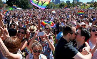 Πανηγυρίζουν στην Αυστραλία για τη νομιμοποίηση των γάμων ομοφυλοφίλων