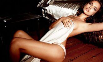 """Η Ιρίνα Σάικ με εσώρουχα """"παίζει"""" με τον πηλό πιο προκλητική από ποτέ (βίντεο)"""
