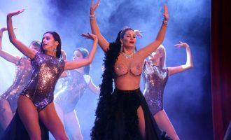 Η Μαρία Κορινθίου αλά Μάρθα Καραγιάννη, με topless στο «Γοργόνες και Μάγκες» (φωτο)