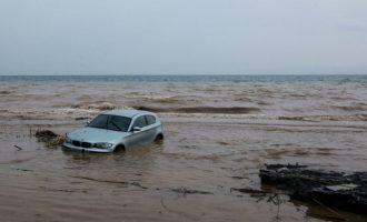 Ορμητικοί χείμαρροι παρέσυραν αυτοκίνητα στo λιμάνι της Σύμης