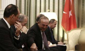 """Σαν μαθητής ο Ερντογάν διάβαζε το """"σκονάκι"""" που του έκανε """"πάσα"""" ο Τσαβούσογλου (φωτο)"""
