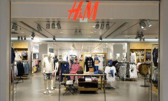 Ποια διεθνής αλυσίδα ρούχων βάζει λουκέτο στα περισσότερα καταστήματα της