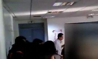 Μαθητής όρμηξε να πνίξει καθηγήτρια μέσα στην τάξη (βίντεο)