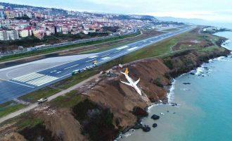 Τουρκία: Αεροπλάνο «γλίστρησε» από τον διάδρομο προσγείωσης και βρέθηκε στον γκρεμό (φωτο+βίντεο)