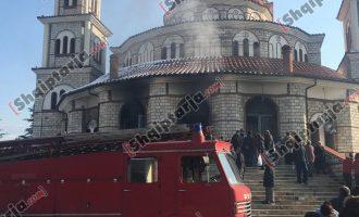 Φωτιά άρπαξε η Μητρόπολη Κορυτσάς – «Φταίνε τα κεριά» λένε αλβανικά ΜΜΕ