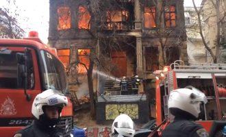 Καίγεται το νεοκλασικό που στεγάζει την κατάληψη Libertatia στη Θεσσαλονίκη (βίντεο)
