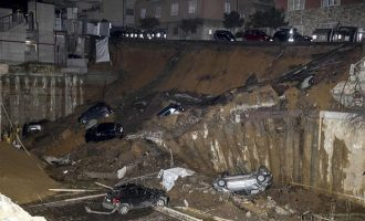 Άνοιξε κρατήρας και «κατάπιε» 8 αυτοκίνητα στη Ρώμη (φωτο)