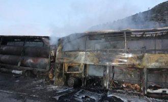 Τουρκία: Κάηκαν ζωντανοί σε σύγκρουση λεωφορείου και φορτηγού – Τουλάχιστον 13 νεκροί (φωτο+βίντεο)