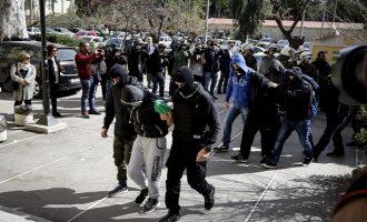 """Ελεύθεροι αφέθηκαν τέσσερις από τους 11 συλληφθέντες της """"Combat 18"""""""