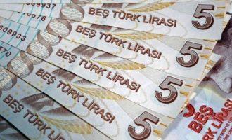 """Η αποδυνάμωση της λίρας απειλεί να """"τινάξει στον αέρα"""" τις τουρκικές βιομηχανίες"""