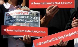 Δίκη Τούρκων δημοσιογράφων της Cumhuriyet: «Μας φοβίζουν τα ισόβια αλλά δεν τo βάζουμε κάτω»