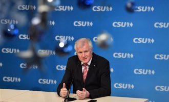 H γερμανική ακροδεξιά κατηγορεί τον Ζεεχόφερ για ψηφοθηρία στο μεταναστευτικό