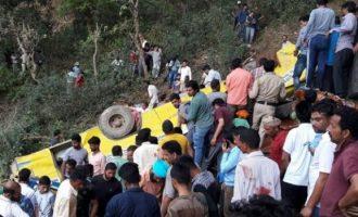 Τραγωδία: Σχολικό λεωφορείο έπεσε σε γκρεμό – 26 παιδιά έχασαν τη ζωή τους