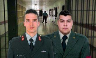 """Έλληνες αξιωματικοί: Το συγκινητικό """"ευχαριστώ"""" των γονιών τους"""