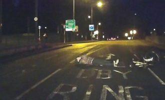 Ξάπλωσε στο δρόμο για να το παίξει θύμα αλλά το κόλπο δεν του βγήκε (βίντεο)