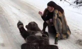 Γιατί ξέσπασε σάλος με πλουσιοκόριτσο που χαϊδεύει αρκούδα (φωτο)