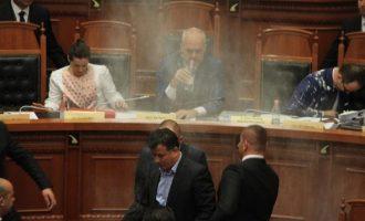 Βουλευτές της αντιπολίτευσης αλεύρωσαν τον Ράμα μέσα στη Βουλή (βίντεο)
