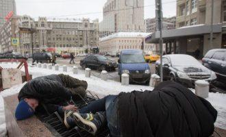 """Ο Μεντβέντεφ απολογήθηκε για τη φτώχεια στην Ρωσία – """"Δεν καταφέραμε να τη νικήσουμε"""""""