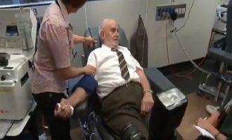 Πώς ένας 81χρονος Αυστραλός έσωσε πάνω από δύο εκατομμύρια βρέφη