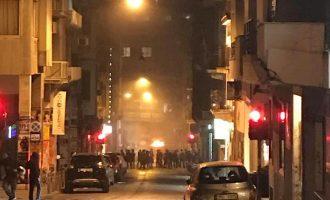 Δύο αστυνομικοί τραυματίες στα επεισόδια των οπαδών ΑΕΚ και ΠΑΟΚ στο κέντρο της Αθήνας