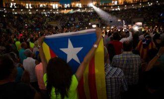 """Οι γερμανικές μυστικές υπηρεσίες """"βλέπουν"""" ρωσικό δάκτυλο στην Καταλονία"""