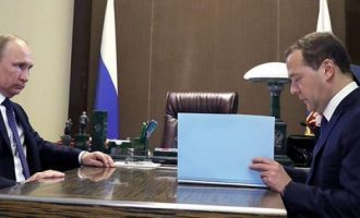 Aνακοινώθηκε η νέα ρωσική κυβέρνηση – Τι είπε ο Πούτιν στον Μεντβέντεφ
