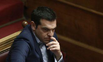 Οργή Τσίπρα: Ο Μητσοτάκης θλιβερό φερέφωνο Σαμαρά – Αυτός έδωσε τη «Μακεδονία»