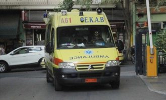 Πειραιώς: Πέθανε ο οδηγός του φορτηγού που έπεσε σε κατάστημα