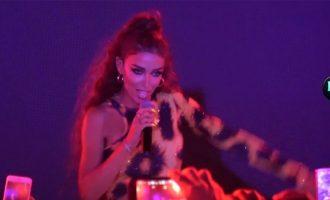 Η αισθησιακή εμφάνιση της Ελένης Φουρέιρα στο gay φεστιβάλ στη Μύκονο (βίντεο)