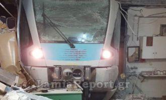 Εκτροχιάστηκε τρένο στη Λαμία – Σφήνωσε σε αποθήκη και την έλιωσε (φωτο+βίντεο)