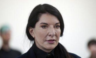 Μαρίνα Αμπράμοβιτς: Την ζωγράφισαν σε πίνακα για να της τον φορέσουν… κολάρο! (βίντεο)