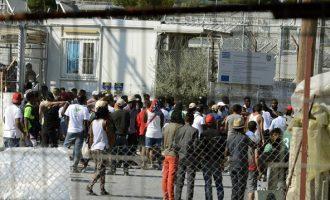 Η κυβέρνηση μεταφέρει μετανάστες από τη Μόρια στην ηπειρωτική Ελλάδα