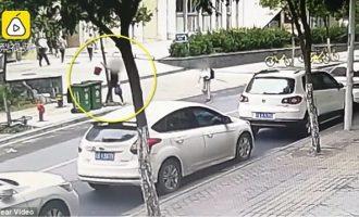 Σοκ στη Κίνα: Γυναίκα πετά βρέφος στα σκουπίδια
