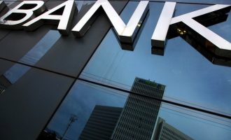 Bloomberg: Βελτιωμένη η ρευστότητα των ελληνικών τραπεζών