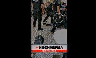 Βίντεο σοκ: Αστυνομικοί κλωτσούσαν τον Ζακ Κωστόπουλο ακινητοποιημένο