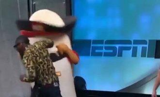 Επαγγελματίας μποξέρ ρίχνει live γροθιά σε μασκότ και… (βίντεο)