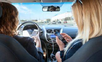 Επιτέλους: Η Τροχαία άρχισε να «ρίχνει» κλήσεις για την χρήση κινητών τηλεφώνων