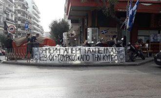 Κύπριοι φοιτητές πραγματοποιούν απεργία πείνας απέναντι από το τουρκικό Προξενείο στη Θεσσαλονίκη