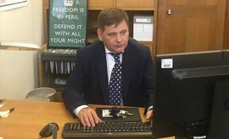 Μπάχαλο στη Βρετανία: Βουλευτές της Τερέζα Μέι ετοιμάζουν ανταρσία